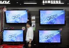 <p>TF1 a signé un partenariat stratégique de trois ans avec Samsung en vue de commercialiser à partir de mars 2010 des téléviseurs connectés à internet permettant d'accéder aux services de la chaîne française. /Photo prise le 6 octobre 2009/REUTERS/Choi Bu-Seok</p>