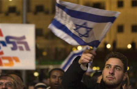 A right wing demonstrator holds an Israeli flag during a protest in Jerusalem December 9, 2009, against a Nov 25 order by the government to limit West Bank settlement construction for 10 months in an effort to persuade Palestinians to return to peace negotiations. REUTERS/Ronen Zvulun