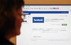 <p>Un utente su Facebook. REUTERS/Simon Newman (UNITED KINGDOM)</p>