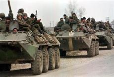 <p>БТР'ы российских войск у города Аргун в Чечне 30 ноября 1996 года. 11 декабря 1994 года войска РФ начали входить в Чечню, что стало началом первой войны между федеральным центром и чеченскими сепаратистами. REUTERS/Dima Korotayev</p>