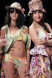 <p>Modelos enseñan las creaciones de nuevos diseñadores en Colombia, 11 dic 2009. El blogero Tommy Ton solía esperar afuera de lugares exclusivos para ver a las celebridades acudir a desfiles de moda, pero en la presentación de la última colección femenina de Dolce & Gabbana logró sentarse orgullosamente en primera fila. REUTERS/Jairo Castillo</p>