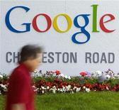 <p>Мужчина проходит мимо штаб-квартиры Google Inc. в городе Маунтин-Вью 8 мая 2008 года. Google Inc планирует в будущем году продавать собственные мобильные телефоны напрямую потребителям, сообщила на выходных Wall Street Journal, ссылаясь на источники. REUTERS/Kimberly White</p>