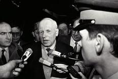 <p>Советский физик, лауреат Нобелевской премии Андрей Сахаров беседует с журналистами в аэропорту Парижа 9 декабря 1988 года. 14 декабря 1989 года скончался Андрей Сахаров, советский физик и диссидент, лауреат Нобелевской премии REUTERS/Jean-Claude Delmas</p>