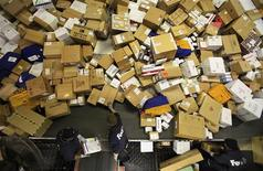 <p>FedEx personnel sort boxes at the company's Memphis World Hub during the company's busiest overall volume night of the year in Memphis, Tennessee early on December 15, 2009. REUTERS/Lance Murphey</p>