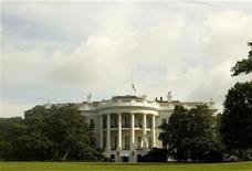 <p>Вид на Белый дом в Вашингтоне 27 июля 2009 года. Белый дом не слишком рассчитывает на то, что США и Россия подпишут новое соглашение о сокращении стратегических ядерных вооружений на этой неделе во время климатического саммита в Копенгагене. REUTERS/Larry Downing</p>