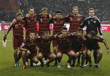 <p>Сборная России перед первым стыковым матчем с командой Словении в Москве 14 ноября 2009 года. Сборная России по футболу поднялась на одну строчку в рейтинге сильнейших сборных мира по версии ФИФА и теперь занимает 12-е место. REUTERS/Sergei Karpukhin</p>