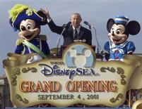 <p>Foto de archivo de Roy Disney Jr. durante la apertura de Disney Sea en Japón, sep 4 2001. Roy Disney, sobrino del fundador de Walt Disney Co. -donde trabajó un largo tiempo- murió el miércoles a los 79 años. REUTERS/Haruyoshi Yamaguchi/Files</p>