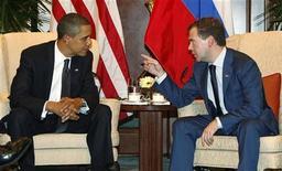 <p>Президент США Барак Обама (слева) и президент РФ Дмитрий Медведев на встрече в Сингапуре 15 ноября 2009 года. Переговоры о заключении нового Договора о сокращении стратегических наступательных вооружений (СНВ) могут продлиться в 2010 году, несмотря на призывы президентов России и США завершить их к Новому году, сообщил в среду высокопоставленный представитель американской администрации, говоривший на условиях анонимности. REUTERS/Jason Reed</p>