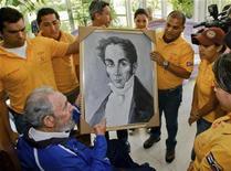 <p>Венесуэльские студенты вручают портрет Симона Боливара экс-лидеру Кубы Фиделю Кастро (слева) в Гаване 22 августа 2009 года. Лидер национально-освободительного движения Латинской Америки Симон Боливар скончался 17 декабря 1830 года. REUTERS/Courtesy of Granma/Handout</p>