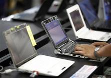<p>Una serie di laptop in un negozio di computer. PC-RECOVERY/ REUTERS/Nicky Loh</p>