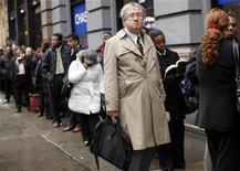 <p>Люди стоят в очереди на ярмарку ваканский NYCHires в Нью-Йорке 9 декабря 2009 года. Палата представителей США в среду одобрила, с незначительным перевесом голосов, законопроект о выделении $155 миллиардов для создания рабочих мест и смягчения последствий худшей рецессии с 1930-х годов. REUTERS/Shannon Stapleton</p>