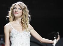 """<p>A cantora Taylor Swift se apresnta no Z100 Jingle Ball em Nova York. A cantora de """"Fearless"""" Taylor Swift estampa a capa dos """"mais intrigantes de 2009"""" da People, em uma lista que ainda elege a mãe-de-oito Kate Gosselin """"mãe de todas as estrelas de reality shows"""" e a cantora escocesa Susan Boyle como """"o sucesso surpresa"""" do ano, disse a revista nesta quarta-feira.11/12/2009.REUTERS/Lucas Jackson</p>"""