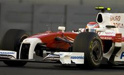<p>O piloto Kamui Kobayashi do Japão compete pela equipe Toyota da Formula 1 no Grand Prix da F1 em Abu Dhabi, circuito Yas Marina, no dia 1o de novembro de 2009. Nessa quinta-feira, o Kobayashi foi anunciado como piloto da Sauber para a temporada do ano que vem.(Foto Arquivo Reuters) REUTERS/Caren Firouz</p>