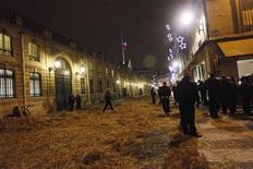 <p>Полиция перекрывает улицу, забросанную сеном, перед резиденцией президента страны Николя Саркози в Париже 17 декабря 2009 года.Полиция применила слезоточивый газ, чтобы разогнать 70 демонстрантов, которые заблокировали подход к Елисейскому дворцу и разбросали сено около входа. REUTERS/Thomas Samson</p>
