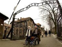 """<p>Выжившие в немецком концлагере Аушвиц женщины выходят через главные ворота с территории, где сейчас расположен музейный комплекс, Освенцим 27 января 2009 года. Неизвестные похитили знаменитую вывеску """"Arbeit macht frei"""" (""""Труд освобождает"""") над входом в бывший немецкий концлагерь Аушвиц, где сейчас расположен музейный комплекс, сообщила полиция. REUTERS/Peter Andrews</p>"""