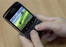 <p>Uma pessoa posa usando o Blackberry Bold 2 da Research in Motion (RIM) em Waterloo. A Research In Motion (RIM), fabricante do Blackberry, registrou forte alta em seu lucro e apresentou perspectivas ainda melhores na quinta-feira, com a forte demanda de fim de ano ajudando a empresa a defender-se da concorrência.16/11/2009.REUTERS/Mark Blinch</p>