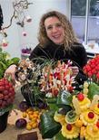 """<p>Souad Benani-Merle, créatrice, dirigeante et unique salariée de """"bouquet à croquer"""" qui a lancé dans la région lyonnaise l'idée de bouquets beaux comme des fleurs et bon comme une salade de fruits. /Photo prise le 18 décembre 2009/REUTERS/Robert Pratta</p>"""
