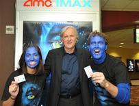 """<p>El director canadiense de cine James Cameron (al centro en la imagen) junto a unos admiradores en el estreno a medianoche de su película """"Avatar"""" en Burbank, EEUU, dic 17 2009. El filme de gran presupuesto del director James Cameron """"Avatar"""", recaudó 3,5 millones de dólares el viernes en sus primeras proyecciones a medianoche en Estados Unidos y Canadá, dijo la empresa de seguimiento de boleterías Hollywood.com. REUTERS/John Sciulli/Berliner Studio/BEImages/Handout</p>"""
