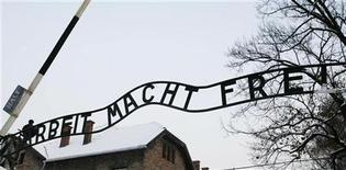 """<p>Una copia della famigerata scritta """"Arbeit Macht Frei"""" all'ingresso dell'ex lager di Auschwitz, in Polonia, rimpiazzata ieri dopo il furto dell'originale. REUTERS/Irek Dorozanski</p>"""