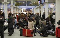 <p>Passeggeri in attesa oggi alla stazione di St Pancras a Londra dopo la cancellazione dei treni Eurostar per l'Europa continentale. REUTERS/Luke MacGregor</p>