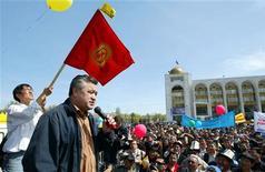 """<p>Лидер оппозиционной социалистической партии """"Ата Мекен"""" Омурбек Текебаев выступает на митинге в Бишкеке 8 апреля 2006 года. Оппозиция Киргизии обвинила власти в организации покушения на известного оппозиционного журналиста, который на прошлой неделе был выброшен из окна и сейчас находится в коме. REUTERS/Vladimir Pirogov</p>"""
