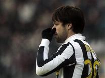 <p>Diego, da Juventus, gesticula durante jogo contra o Catania. A má fase da Juventus continuou neste domingo, quando o gol tardio do reserva Mariano Izco condenou o time a uma derrota de 2 x 1 em casa para o Catania, que passa sufoco na primeira divisão italiana.20/12/2009.REUTERS/Alessandro Garofalo</p>