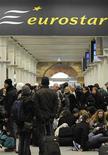 <p>Пассажиры железнодорожной компании Eurostar ожидают отправки на вокзале в Лондоне 21 декабря 2009 года. Компания Eurostar, управляющая пассажирскими железнодорожными перевозками в тоннеле под Ла- Маншем, уже третий день подряд ограничивает движение поездов для расследования аварии, однако может вернуться к полноценной работе уже завтра, сообщила компания в понедельник. REUTERS/Toby Melville</p>