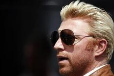 <p>O ex-tenista alemão Boris Becker chega ao paddock do GP da Hungria. Becker manifestou solidariedade com o golfista Tiger Woods, que atravessa uma fase conturbada desde que admitiu trair sua esposa.12/07/2009.REUTERS/Johannes Eisele</p>