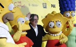"""<p>Foto de archivo de Matt Groening (al centro en la imagen), creador de """"The Simpsons"""", junto a sus personajes en Santa Monica, EEUU, oct 18 2009. La cadena Fox se teñirá de amarillo por la celebración de las dos décadas de los """"Simpsons"""". REUTERS/Mario Anzuoni</p>"""