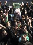 """<p>Сторонники иранской оппозиции на митинге во время похорон аятоллы- диссидента Хосейна-Али Монтазери в Куме 21 декабря 2009 года. Столкновения между сторонниками реформ и полицией произошли в нескольких городах Ирана, сообщает оппозиционный сайт Jaras, добавляя, что """"множество"""" демонстрантов получили ранения. REUTERS/via Your View</p>"""