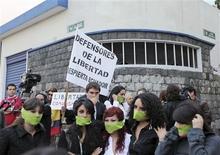 """<p>Manifestantes protestan frente de la estación de televisión Teleamazonas en Quito, 22 dic 2009. Decenas de ecuatorianos se apostaban el miércoles en las inmediaciones del canal privado Teleamazonas para pedir respeto a la libertad de expresión en el país, mientras el Gobierno defendía la decisión de suspender temporalmente al medio de comunicación. La Superintendencia de Telecomunicaciones sancionó la víspera al canal, un crítico a las políticas del Gobierno, con la suspensión de su señal por tres días por transmitir meses atrás una noticia """"sin sustento"""", que pudo haber causado conmoción entre la población. REUTERS/Juan Jose Franco</p>"""