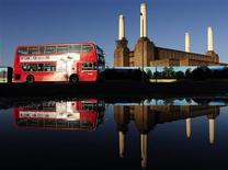 <p>Ônibus de dois andares passa em frente à usina elétrica de Battersea no oeste de Londres no dia 4 de dezembro. O prefeito da cidade anunciou na quarta-feira a intenção de criar um novo ônibus com o já conhecido formato de plataforma aberta circulando nas ruas da capital britânica antes das Olimpíadas de 2012. REUTERS/Toby Melville</p>