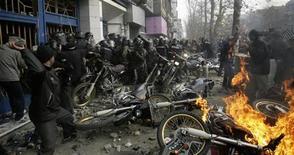 <p>Сторонники иранской оппозиции забрасывают полицейскх камнями во время беспорядков в Тегеране 27 декабря 2009 года. Не менее восьми человек погибли во время воскресных столкновений сторонников оппозиции с полицией в Иране, сообщил государственный телеканал Press TV, со ссылкой на Верховный совет национальной безопасности страны. REUTERS/Stringer</p>