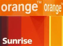 <p>La Commission de la concurrence suisse (ComCo) procédera à un examen approfondi du projet de fusion entre Orange et de Sunrise pour s'assurer que ce rapprochement n'entrainera pas ou n'accroîtra pas une position dominante sur le marché suisse de la téléphonie mobile. /Photo prise le 25 novembre 2009/REUTERS/Christian Hartmann</p>