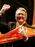<p>Лидер украинской оппозиции Виктор Ющенко приветствует своих сторонников на Площади независимости 27 декабря 2004 года. Виктор Ющенко выиграл перевыборы президента Украины, набрав 51,99 процента голосов и опередив премьер-министра Виктора Януковича.</p>