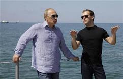 """<p>Президент России Дмитрий Медведев (справа) и премьер- министр страны Владимир Путин во время рабочей встречи в Сочи 14 августа 2009 года. Россия завершает второй и самый тяжелый год """"тандемократии"""" под оптимистичную риторику лидеров, увидевших свет в конце тоннеля кризиса. Критики же упрекают их в нежелании учиться на собственных ошибках и говорят, что заглушившая обратную связь с обществом власть рискует продолжить прогулку по граблям в 2010-м. REUTERS/Ria Novosti/Kremlin/Dmitry Astakhov</p>"""