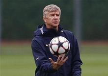 """<p>Тренер """"Арсенала"""" Арсен Венгер на тренировке команды в Лондоне 15 сентября 2009 года. Футбол можно сделать более динамичным, если вводить мяч в игру из-за боковой линии не руками, а ногами, считает тренер лондонского """"Арсенала"""" Арсен Венгер. REUTERS/Eddie Keogh</p>"""