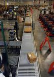 <p>Entrepôt et site de traitement des commandes d'Amazon en Arizona. Le distributeur en ligne Amazon.com a fait état d'une forte croissance de ses ventes durant la période des fêtes, soulignant que le pic quotidien de ventes avait été atteint le 14 décembre avec plus de 9,5 millions de commandes à travers le monde. /Photo prise le 16 novembre 2009/REUTERS/Rick Scuteri</p>