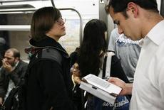 <p>Un pendolare legge un libro sul lettore Kindle di Amazon. REUTERS/Lucas Jackson</p>