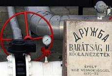 """<p>Участок нефтепровода """"Дружба"""" в венгерском городе Сазхаломбатта 9 января 2007 года. Россия предупредила Евросоюз о возможных перебоях в поставках нефти, сославшись на разногласия между российскими и украинскими нефтетранспортными компаниями, сообщила в понедельник Еврокомиссия. REUTERS/Laszlo Balogh</p>"""