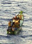 <p>Подозреваемые в преступлении пираты держат руки за головами во время ареста морскими пехотинцами НАТО в Аденском заливе 26 сентября 2009 года. Сомалийские пираты получили выкуп за сингапурское судно Kota Wajar и отпустили его, тут же захватив танкер под британским флагом St James Park. REUTERS/Turkish Chief of Staff/Handout</p>
