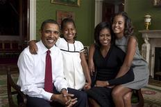 <p>Президент США Барак Обама, первая леди Мишель Обама и их дочери Малия (справа) и Саша (вторая слева) на семейном портрете в Зеленой комнате в Белом Доме, Вашингтон 1 сентября 2009 года. Большинство американцев хотело бы жить по соседству с президентом США Бараком Обамой, и совсем не было бы радо обитающим рядом многодетным семействам. REUTERS/Annie Leibovitz/White House/Handout</p>