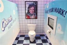 <p>Туалеты Charmin на Таймс-Сквер в Нью-Йорке 23 ноября 2009 года. Этот год был полон странных событий - от истории американца, который прервал свою свадьбу, чтобы обновить странички в социальных сетях, до проблем с туалетной бумагой в таких разных по уровню жизни Ирландии и Кубе. REUTERS/Finbarr O'Reilly</p>