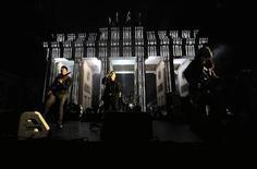 <p>Gli U2 in concerto a Berlino davanti alla Porta di Brandeburgo. REUTERS/Pool</p>