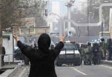 <p>Протестующая женщина стоит на пути у сотрудников служб безопасности во время столкновений в центре Тегерана 27 декабря 2009 года. Правительство Ирана направило войска и бронетехнику в столицу страны в день, когда сторонники лидера оппозиции Мирхоссейна Мусави запланировали акцию протеста, сообщил в четверг иранский оппозиционный сайт. REUTERS/Stringer</p>