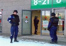 <p>Финские полицеские стоят у входа в супермаркет в городе Эспоо 31 декабря 2009 года. Неизвестный открыл огонь в торговом комплексе финского города Эспоо в четверг, убив как минимум трех человек и ранив еще одного, сообщают местные СМИ. REUTERS/Reuters TV</p>