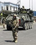 <p>Канадские солдаты патрулируют улицы Кандагара 31 декабря 2009 года. Смертник проник на военную базу в Афганистане и взорвал себя, убив восьмерых агентов ЦРУ в среду. В результате еще одного взрыва погибли четверо канадских военнослужащих и журналистка. REUTERS/Nadeem</p>