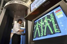 <p>L'utilizzo negli aeroporti del body-scanner, una macchina in grado di passare ai raggi X il corpo umano, deve avvenire soltanto in caso di pericolo specifico per la sicurezza, come nella lotta al terrorismo, ma anche in questo caso deve rispettare la dignità della persona, rilevando soltanto la sagoma del corpo e non fotografandone l'interno. REUTERS/Yuriko Nakao</p>