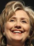 """<p>Cuando la candidatura de Hillary Clinton (foto) comenzó a ganar fuerza y Sarah Palin fue elegida como la propuesta republicana a la vicepresidencia en la carrera electoral del 2008, la posibilidad de una mujer en la Casa Blanca parecía estar cada vez más cerca. Sin embargo, el libro """"Notes from the Cracked Ceiling"""", que analiza las razones de los fracasos de Clinton y Palin, explica que el género jugó un rol negativo en las candidaturas y detalla lo que se necesitaría para que una mujer ocupe el sillón presidencial estadounidense. La periodista Anne Kornblut argumenta que Clinton y Palin se encontraban en desventaja debido a su género, y que es necesario derribar un gran número de obstáculos antes de que una mujer sea elegida como presidenta del país. REUTERS/Christian Charisius</p>"""