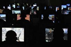 <p>Persone al computer in un Internet caffé a Taiyuan, nella provincia di Shanxi, 13 novembre 2009. REUSTERS/Stringer</p>